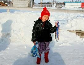 Bé 4 tuổi đi bộ 8 km trong tuyết để tìm người đến cứu bà