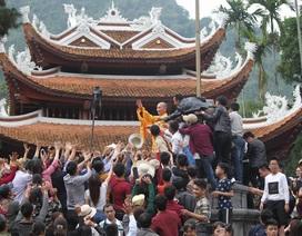 Sư thầy ném lộc ở chùa Hương đã sám hối