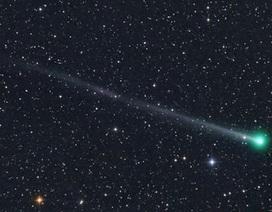 Sao chổi áp sát Trái đất phát ánh sáng xanh huyền ảo