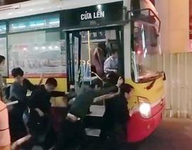 Nam nữ sinh viên cùng nhau đẩy xe bus tránh tắc đường