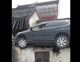 Mất lái, xe Honda CR-V bay lên mái nhà