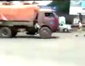 Tài xế liều mạng lùi xe tải tránh CSGT