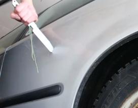 Làm thế nào để lấy chìa khóa bỏ quên trong xe?