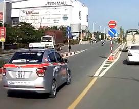 Taxi ngang nhiên đi ngược chiều trên cầu vượt tại Hà Nội
