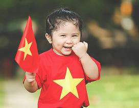 Mẫu nhí 2 tuổi diện áo cờ đỏ sao vàng tham quan dinh Độc Lập