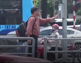 """Hà Nội: Nút bấm đèn xin sang đường """"vô tác dụng"""", người đi bộ chịu khổ"""