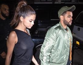 """Selena Gomez táo bạo """"thả rông"""" vòng một"""
