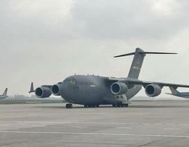 """""""Siêu máy bay"""" Mỹ bất ngờ xuất hiện tại Nội Bài"""