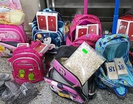 10 học sinh buôn lậu loạt điện thoại trị giá 145.000 USD ra ngoài biên giới