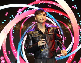 Sơn Tùng M-TP mừng sinh nhật cùng Sky trên sân khấu