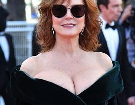 71 tuổi, sao Hollywood vẫn tự tin khoe ngực trên thảm đỏ