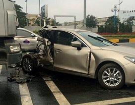 Hà Nội: Xe đầu kéo đâm nát đuôi Mazda, 2 phụ nữ thương vong