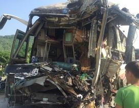 Hai ô tô nát bét đầu sau va chạm, 3 người bị thương