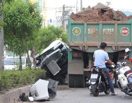 Ô tô bị đẩy lên dải phân cách, 5 người hoảng loạn kêu cứu