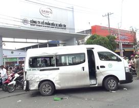 Xe khách bị đâm xoay vòng, gần chục người la hét hoảng loạn