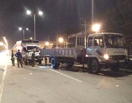 Xe tải đâm xe cẩu đang dừng sửa chữa trên đường, 2 người chết