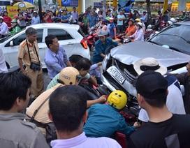 Thanh niên đi SH bị ép chặt giữa 2 ô tô sau tai nạn liên hoàn