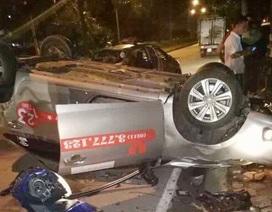 Taxi lật ngửa sau cú va chạm mạnh, 1 người tử vong