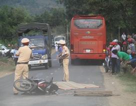Ngã xuống đường sau va quệt, thầy giáo bị xe khách cán tử vong