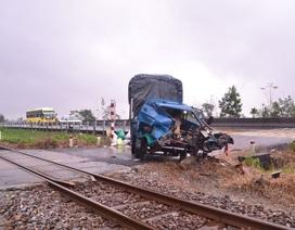 Tài xế xe tải thoát chết trong gang tấc sau cú va chạm với tàu hỏa