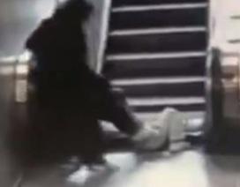 Kinh hoàng clip cậu bé gặp nạn khi đùa nghịch trên thang máy