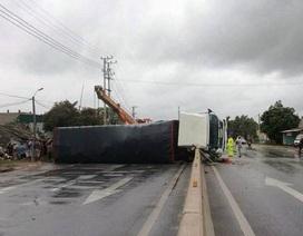 Đi trong bão, một xe tải lật ngang đường