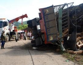Lật xe tải chở gỗ 2 người thương vong