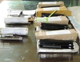 Thợ cơ khí sản xuất các bộ phận của súng tự chế bán kiếm lời