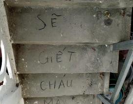 """Vụ bé trai chết trong chậu nước: Dòng chữ """"lạ"""" ở bậc cầu thang"""