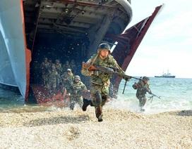 Mỹ điều tàu chiến tập trận rầm rộ sát vách Nga