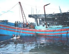 Tàu cá bốc cháy sau tiếng nổ lớn