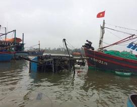 Tàu cá bị lốc nhấn chìm ngay tại khu neo đậu
