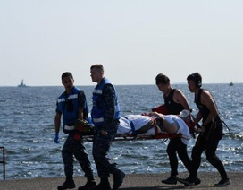 Mỹ ráo riết tìm 7 thủy thủ mất tích sau vụ tàu chiến bị đâm móp