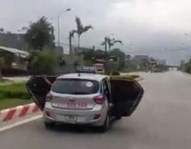 Taxi mở toang 2 cửa khi đang chạy: Chở người đi cấp cứu?