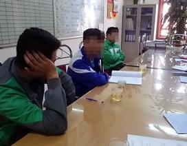 Hà Nội: Xử phạt 3 tài xế taxi tiểu bậy ven đường