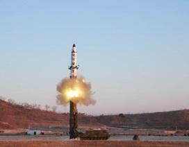"""Triều Tiên lần đầu """"khoe"""" tên lửa đạn đạo phóng từ tàu ngầm"""