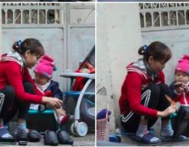Ảnh hai mẹ con đánh giầy trên phố giáp Tết thu hút hàng ngàn lượt cảm xúc