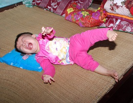 """Mẹ nghèo đau đớn trước cảnh con gái 2 tuổi """"phải véo mới cho ăn được"""""""