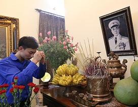 Bạn trẻ dâng hương tri ân Đại tướng Võ Nguyên Giáp tại 30 Hoàng Diệu