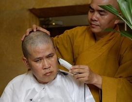 Đạo diễn Phước Sang đau đớn xuống tóc khi cha qua đời