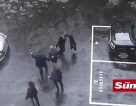 Thủ tướng Anh hoảng hốt chạy ra xe khi nghe tin vụ khủng bố ở London