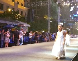 Khán giả đội mưa xem trình diễn thời trang ở phố đi bộ Nguyễn Huệ