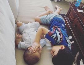 Thắt lòng khoảnh khắc anh trai 3 tuổi vỗ về em 4 tháng ung thư giai đoạn cuối