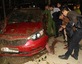 Lùi xe ô tô rơi xuống sông Hồng, hai cán bộ bệnh viện Yên Bái tử vong