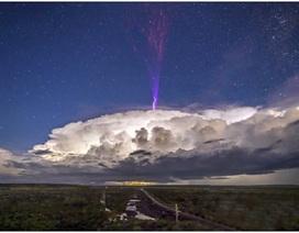 Tia sét màu tím kỳ lạ xuất hiện trên bầu trời Australia