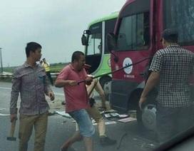 Hà Nội: Hàng chục người mắc kẹt trong xe khách sau tai nạn