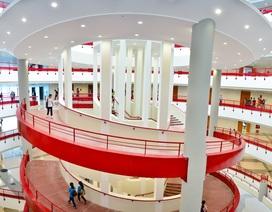 """Sinh viên đua nhau tạo dáng tại toà nhà mới """"cực chất"""" trường Kinh tế quốc dân"""