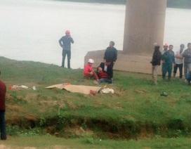 3 người rơi khỏi cầu cao 15m sau cú tông của ô tô