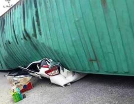 Kinh hoàng xe container đè nát xe con, 2 người tử vong