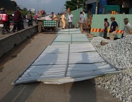 Xe đổ vật liệu bất cẩn làm tôn ngã trúng người đi đường